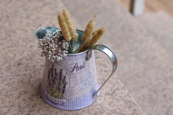 jarra de hojalata de flores. ideasdecasa