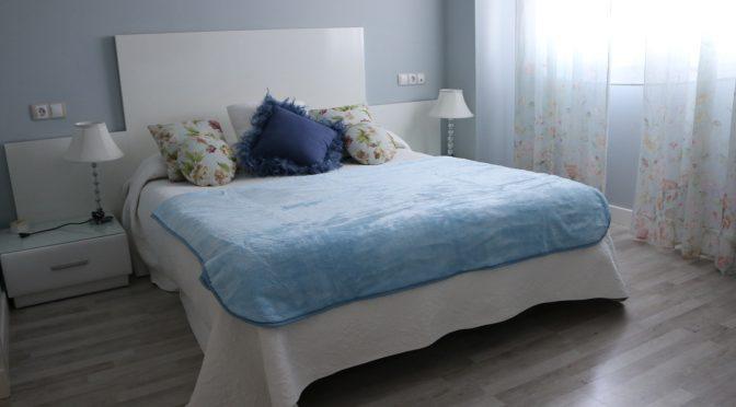 Cómo combinar una manta azul en tu dormitorio. Ideasdecasa