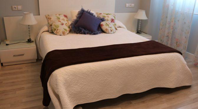 Cómo combino una manta de color chocolate en el dormitorio