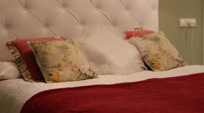 Cómo combinar una manta roja en tu dormitorio