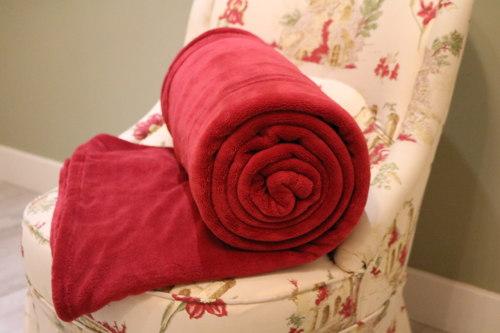 Manta roja en tu sillon. Ideasdecasa