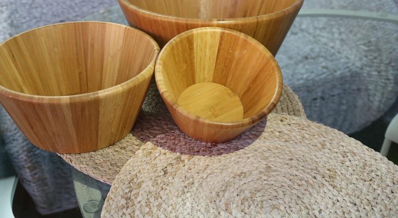Ensaladera de bambu y salvamantel de rafia